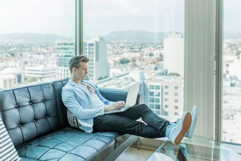 Homme assis dans un bureau travaillant sur son ordinateur